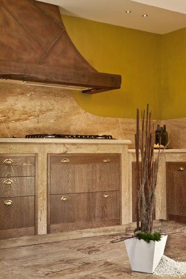 particolare cucina classica rivestita in travertino , pavimento in scabas