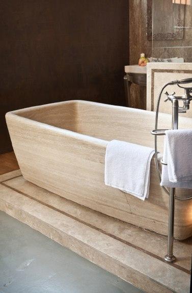 particolare  vasca in travertino massello