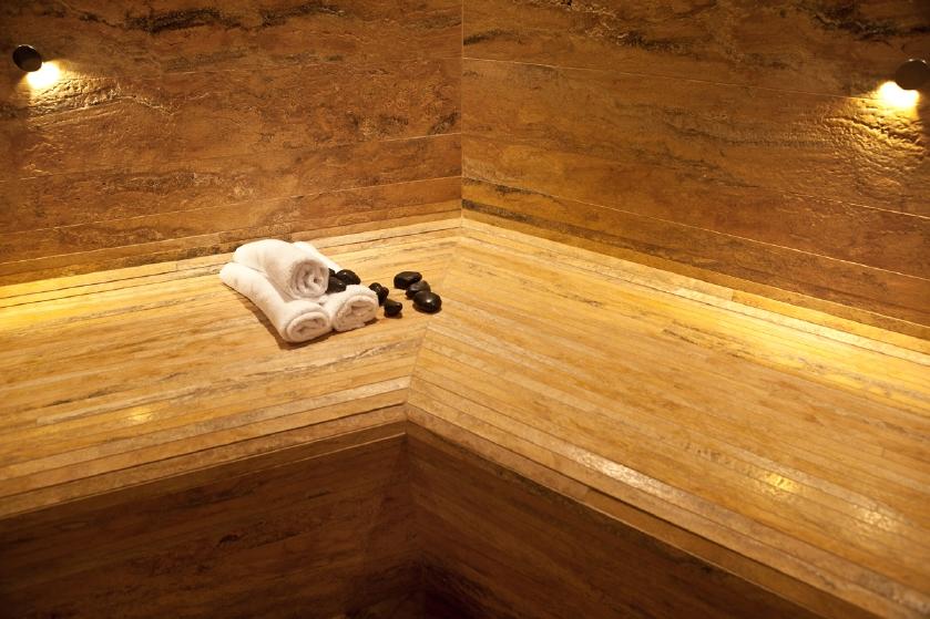 il bagno turco - particolare del rivestimento in travertino giallo, con il rivestimento della panca