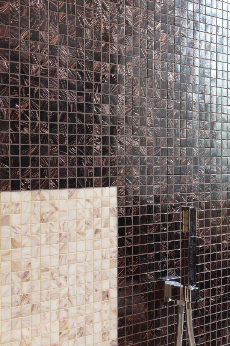 particolare del doppio rivestimento in mosaico per un bagno padronale