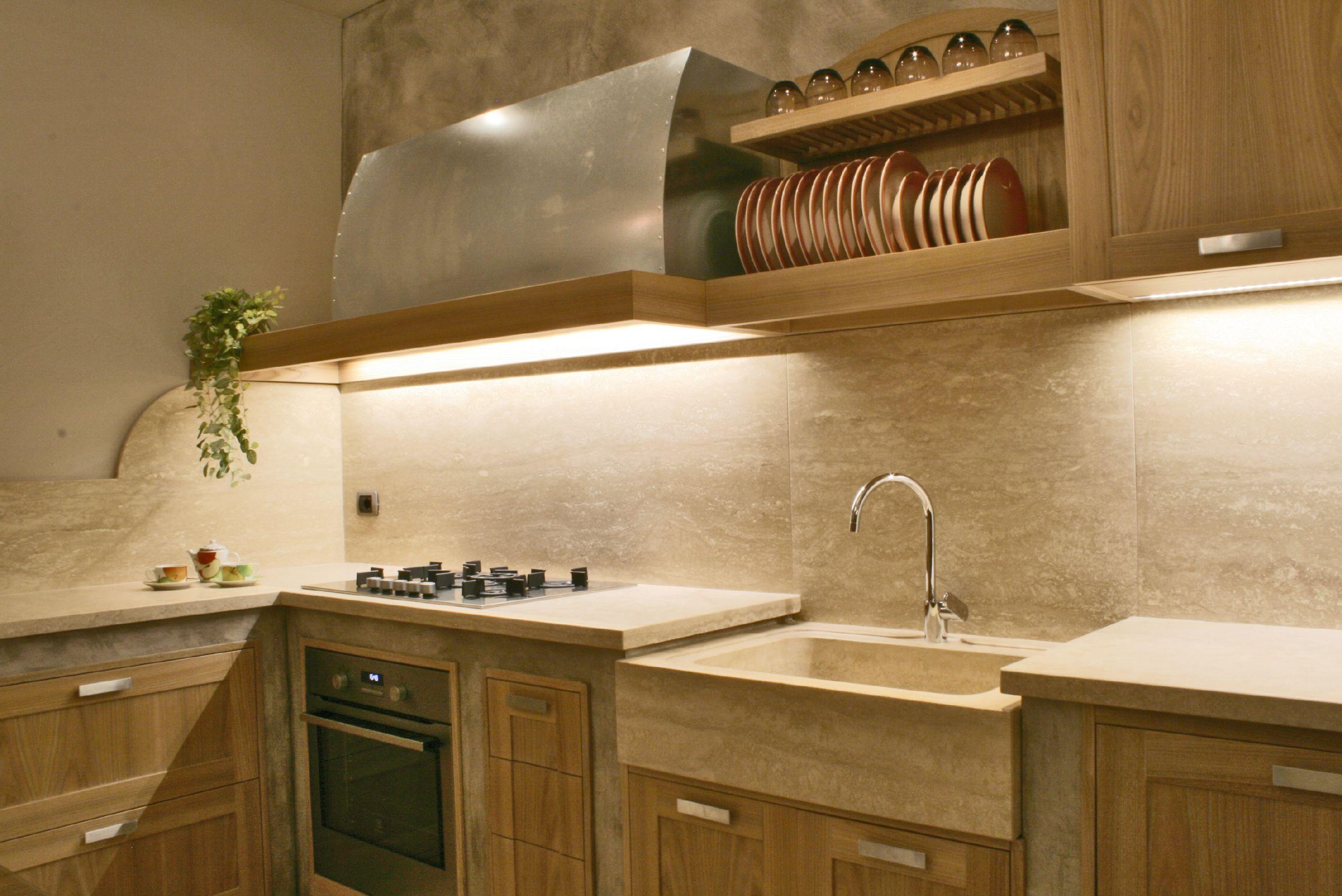 cucina in resina e travertino