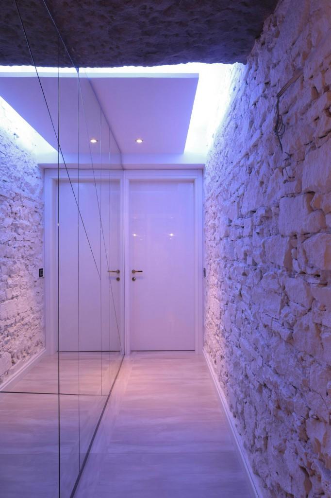 particolare corridoio a specchi e pietra bianca