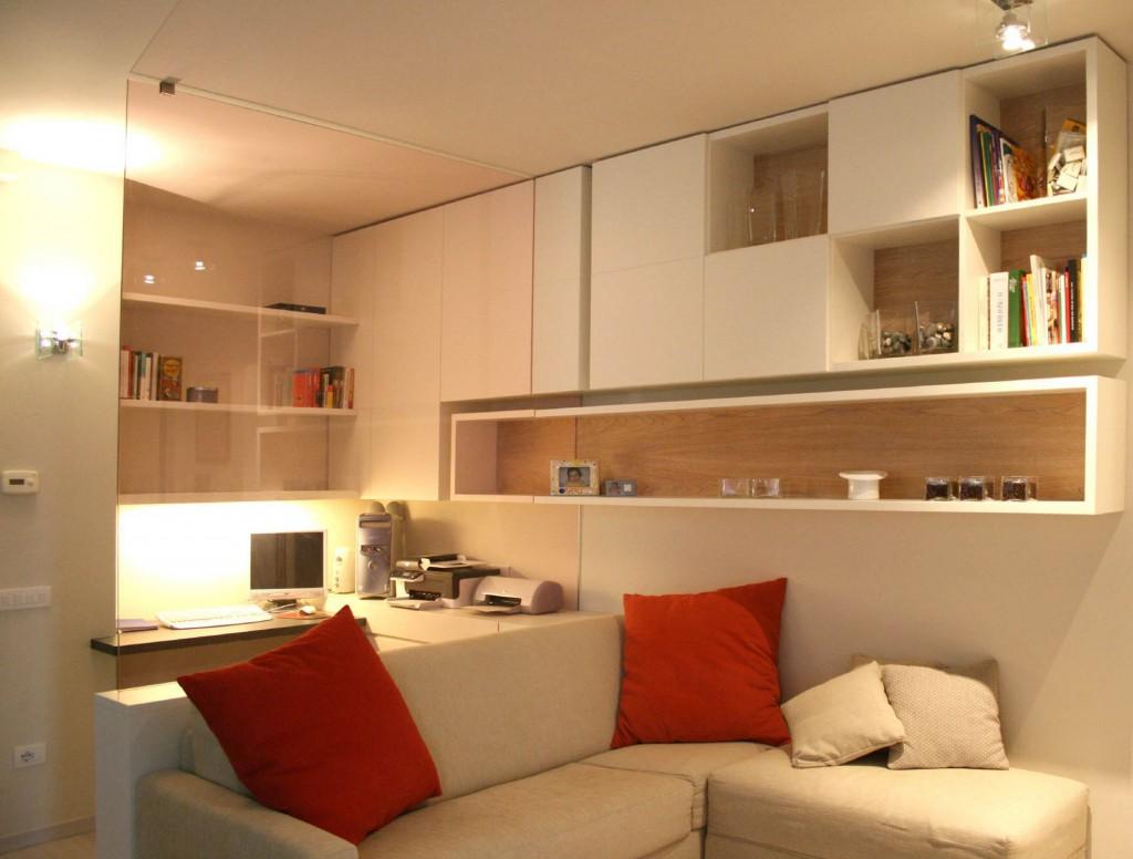 particolare angolo studio nel soggiorno, diviso dalla zona living da un vetro rosa