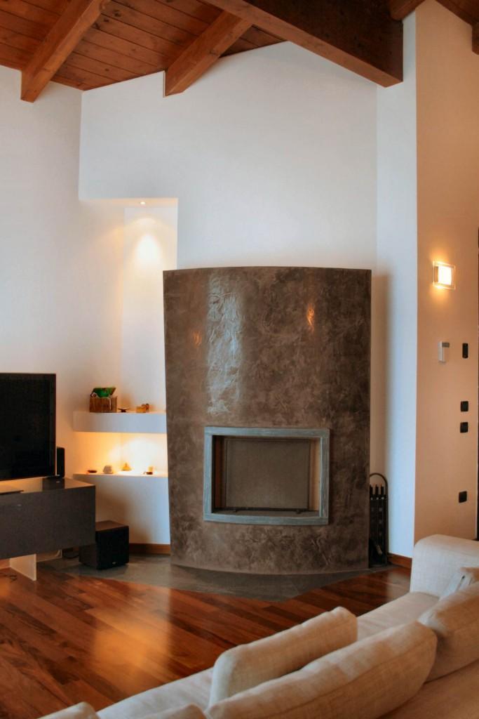 caminetto con rivestimento in pietra cardoso e grassello di calce