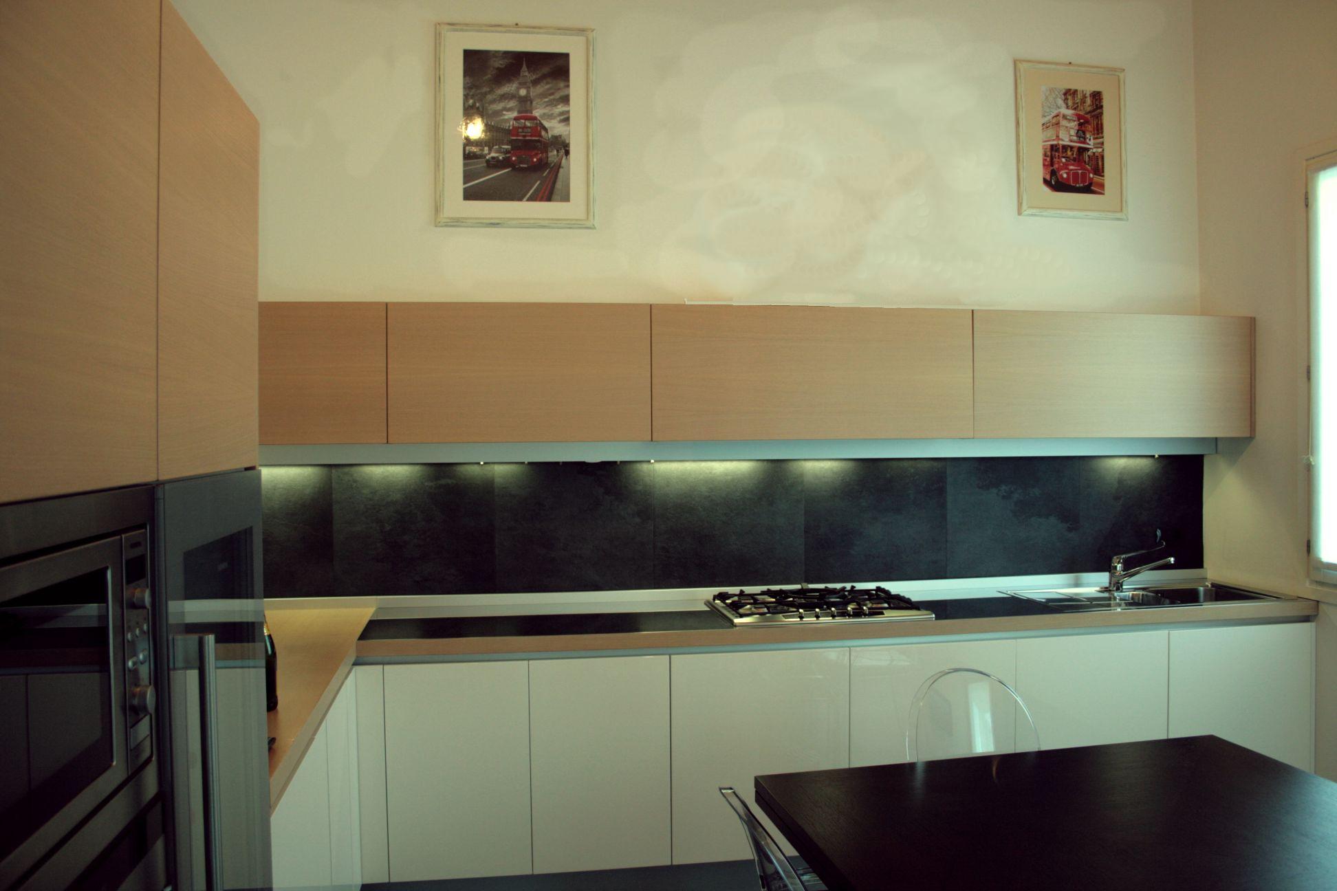 cucina in rovere e legno laccato grigio perla
