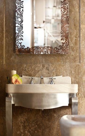 particolare lavabo in marmo e rivestimento in travertino noce