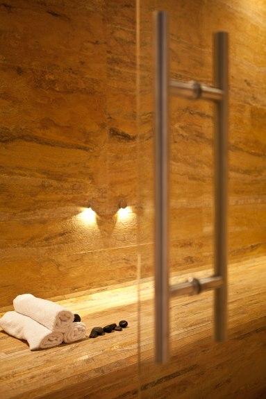 particolare rivestimento e pavimento cucina in marmo arabescato