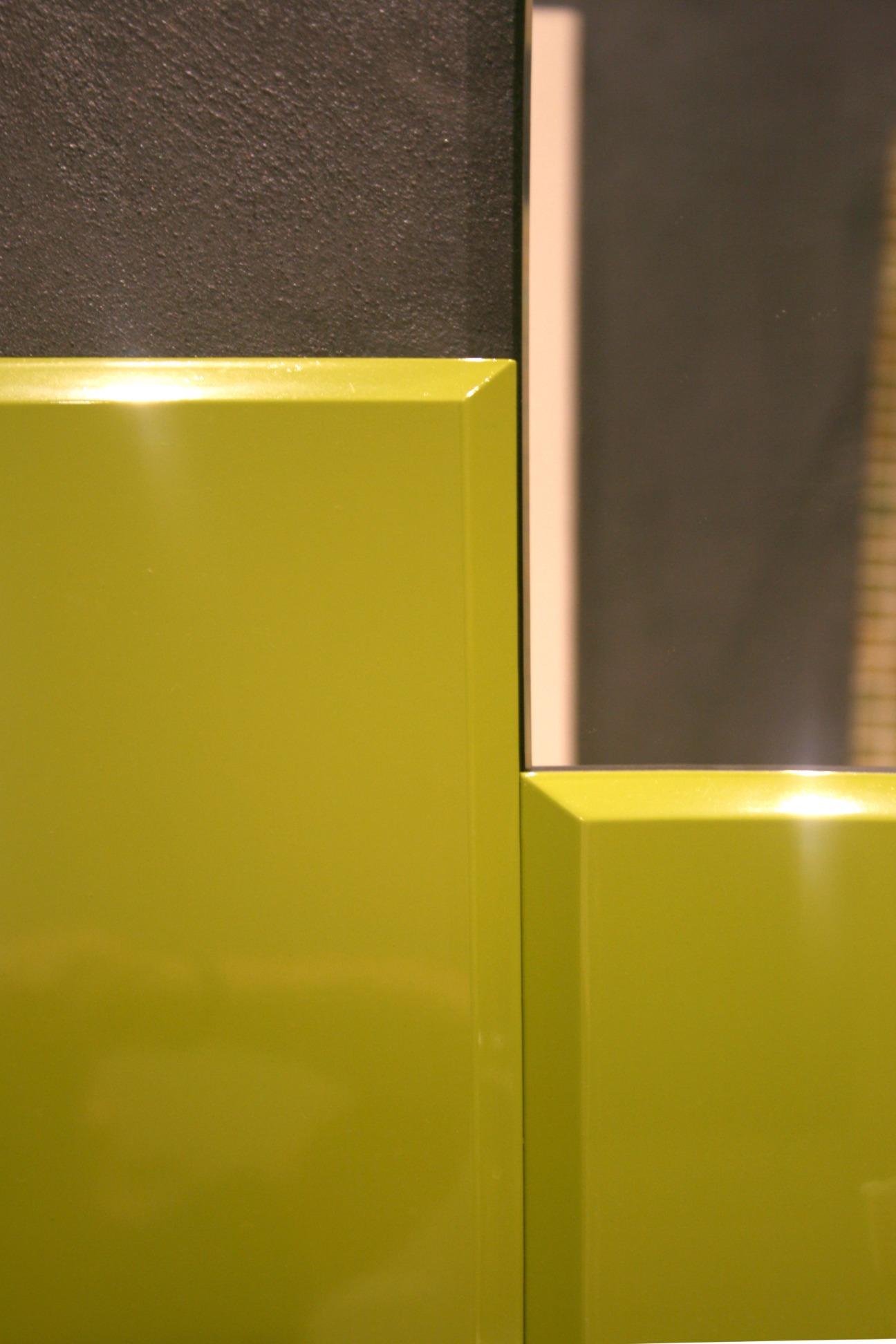 particolare bagno in legno laccato verde lucido